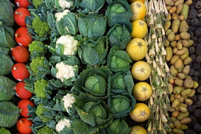《细胞》:释放萝卜白菜的降糖护心成分,要靠肠菌!斯坦福科学家发现,吸收十字花科蔬菜中的异硫氰酸酯需要特定肠道菌丨科学大发现