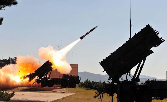 导弹能击中高速中的战斗机,为什么却很难击中慢悠悠的航母?